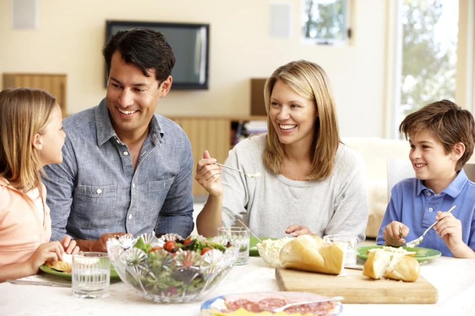 семейные посиделки за столом