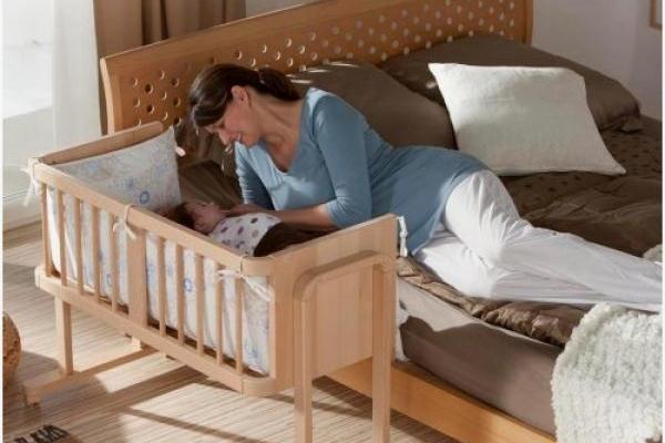 новорожденный спит рядом с мамой