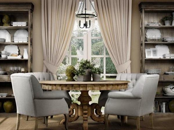 неуклюжие кресла и полки с посудой