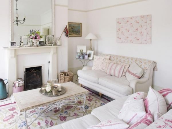гостиная с камином и огромным количеством диванных подушек