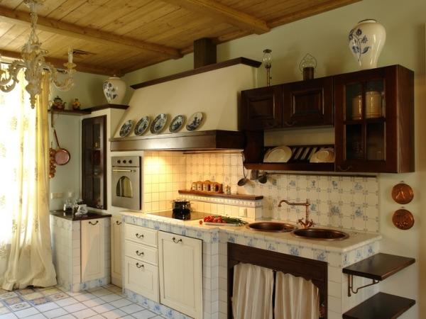 пышные занавески и много разнообразной кухонной утвари