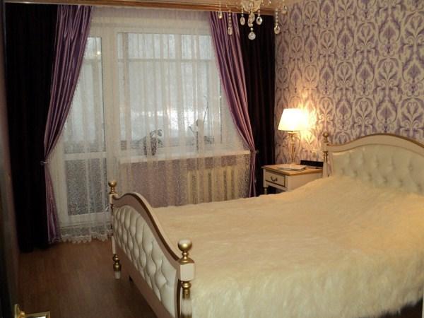 белая кровать с позолотой