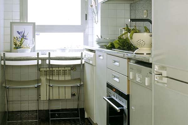 подоконник играет роль кухонного стола
